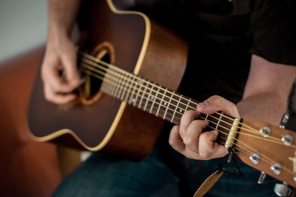 acoustic guitarist rehearsing material